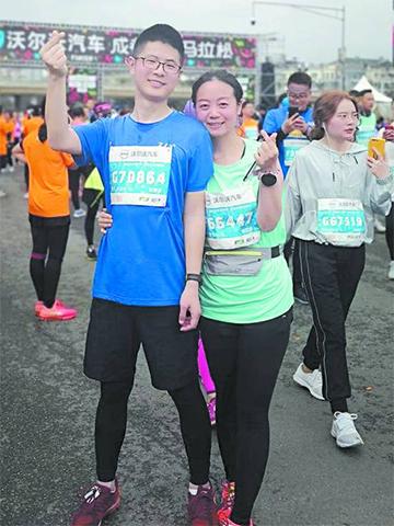 成都双遗马拉松开跑 3万跑者跑进春天的绿道